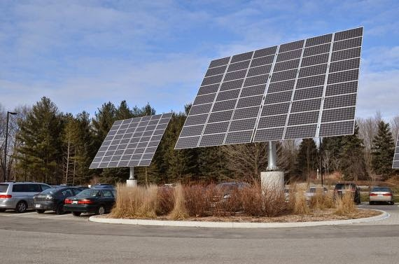 Solar panels in a parking lot (Credit: cleantechnica.com Click to enlarge.