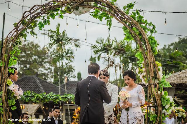 foto louisa dan zico mengucapkan keinginan untuk menikah pada pendeta