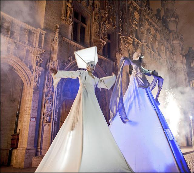 Les lutins en déambulation avec ses échassiers pour les fêtes de Noel dans les Pays de La loire