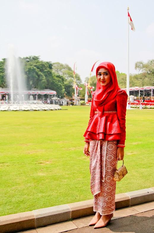 Fashion Muslim Nuansa Etnik dengan Songket | Cara Memakai Jilbab