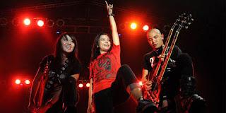 Biografi Kotak     Kotak adalah group band yang didirikan sejak tahun 2004 pada tanggal 27 September. Pada saat pertama kali didirikan terdiri atas 4 orang, yaitu Cella di gitar, Icez di bagian bass, Pare pada vokal, dan posan pada drum. Pada tahun 2006 Pare memutuskan keluar dari band Kotak. Posisi vokalis Kotak yang ditinggalkan Pare kemudian di gantikan oleh Tantri.  Beberapa waktu kemudian Icez keluar dan digantikan oleh Chua, kemudian mereka merilis album keduanya pada tahun 2008. Pada tanggal 08 Maret 2011 Posan keluar dan tersisa Cella, Tantri dan  Chua. Formasi inilah yang sampai 2012 ini tetap bertahan.  Berikut ini remaja online terbaru akan memberikan info lengkap biodata personil Kotak band.   Tantri  Nama Lengkap : Tantri Syalindri Ichlasari  Tanggal Lahir : 09 Agustus 1989  Lahir di Tangerang, Jawa barat Indonesia  Posisi : Vokalis  Twitter : @tantrikotak  Chua  Nama Lengkap : Swasti Sabdastantri  Tanggal Lahir : 03 April 1988  Lahir di Makassar, Indonesia  Posisi : Bass  Cella  Nama Lengkap : Mario Marcella Handika Putra  Tanggal Lahir :15 Maret 1983  Lahir di Banyuwangi, Jawa timur Indonesia  Posisi : Gitar  Prestasi Kotak Band Rock Terbaik AMI Awards 2013  Usia KotaK masih muda, namun namanya sudah melejit di belantika musik rock Indonesia. Tak heran wajah Tantri, Cella, Cua ini wara-wiri di berbagai acara TV. Bahkan baru baru ini Kotak memenangi penghargaan Ami Awards 2013 sebagai grup rock terbaik tahun 2013 mengalahkan Netral, Killing Me Inside, Boomerang, ROXX. Kotak Konser di Amerika  Tak hanya itu, Band Kotak dengan Vokalis Cantik ini awal bulan lalu mengadakan ke tiga kota di AS. Keberangkatan KotaK ke AS kali ini merupakan hadiah kemenangan KotaK atas konsep penampilan mereka dalam pergelaran Soundrenaline 2012 di Tanah Air. Dari situ, pihak Warner Music Indonesia, yang mengontrak KotaK, kemudian bekerja sama dengan perusahaan multi-media sekaligus promotor musik Sireedee Entertainment. Promotor itu pernah membawa artis-artis musik Indonesia