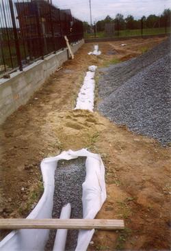 Работы по дренажу начинаются с геодезической съемки участка.  Определяется направление дрен, основного дренажного...