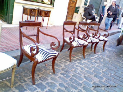 Muebles antiguos en feria de Buenos Aires