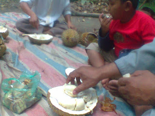 kenangan sidimpuan, makan durian bareng ikhwan