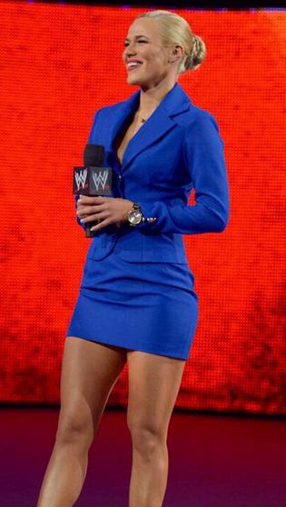 Lana con su clasico vestido con el que generalmente realiza sus apariciones en el escenario