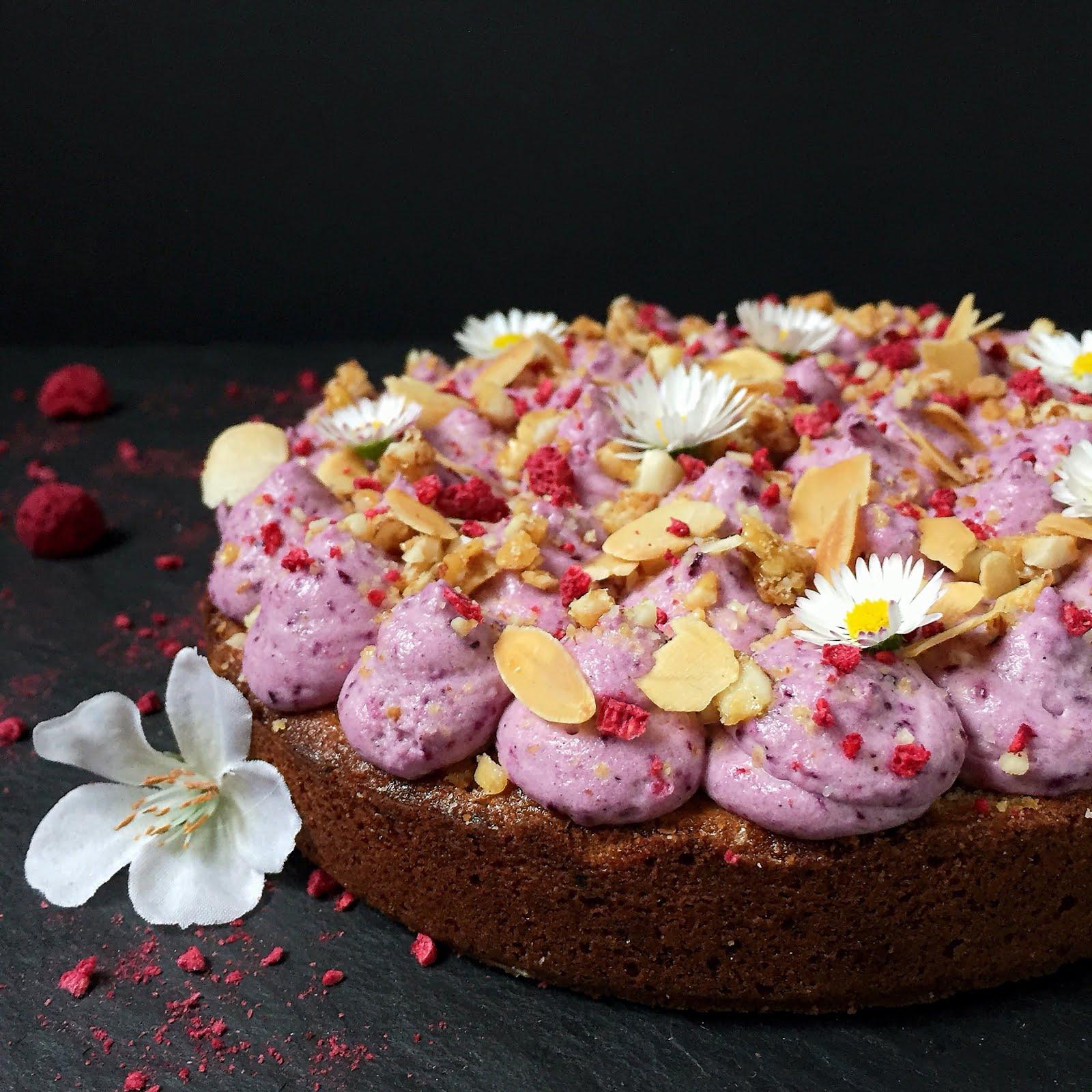 Hier habe ich mich für Mandelblättchen gefrier rocknete Himbeeren sowie Gänseblümchen entschieden So kann auch ein relativ einfacher Kuchen zu einem