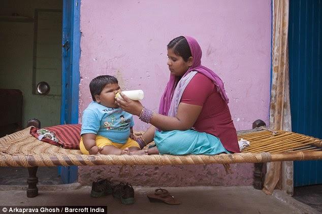 الأم ترضع أضخم طفلة في العالم