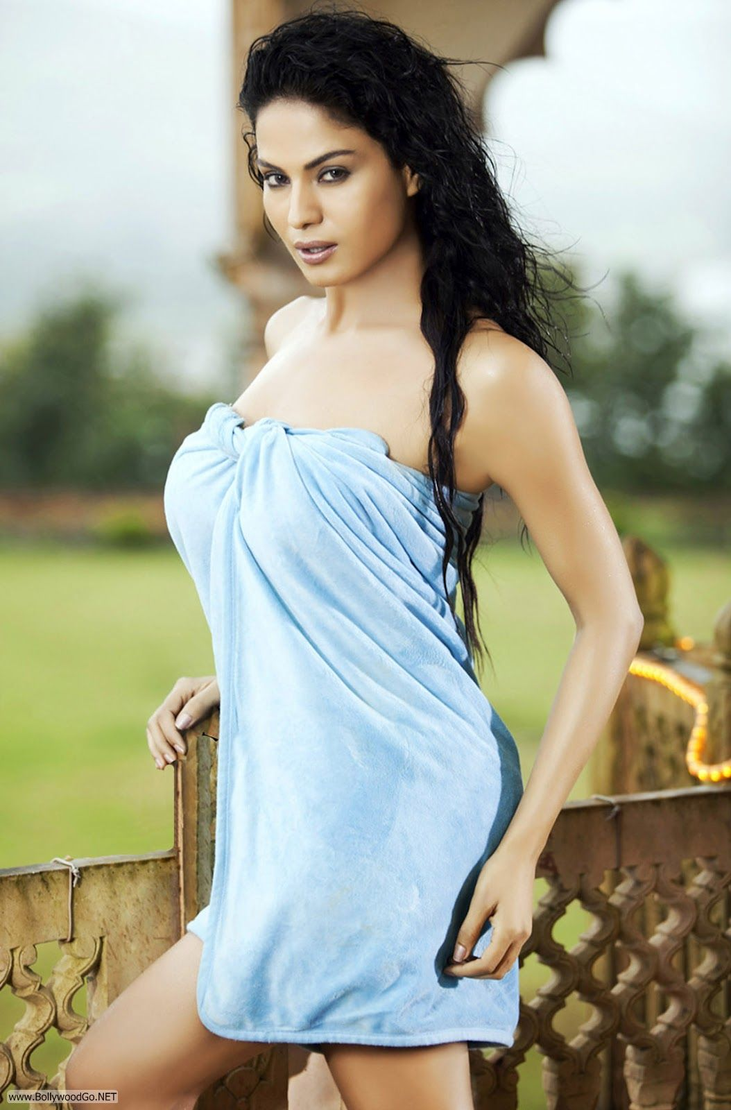 Dropped Her Towel http://www.bollywoodgo.net/2012/06/veena-malik-blue-pics-in-towel-hot.html