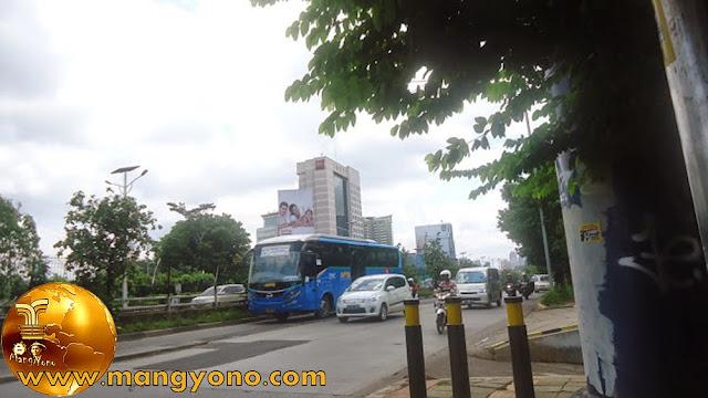 Naik APTB cukup bayar satu kali. Foto jepretan admin di Slipi Jaya, Jalan Letjen S. Parman - Jakarta
