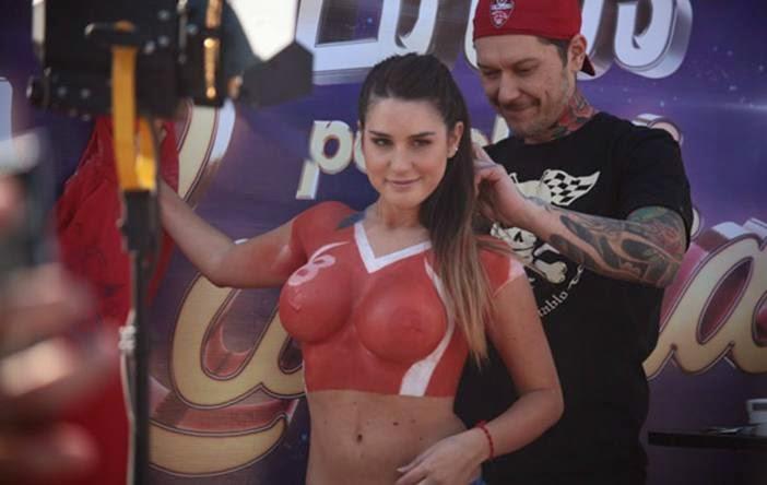 Foto Hot susu payudara montok Telanjang Artis Model Wanita Chile di Tempat Umum