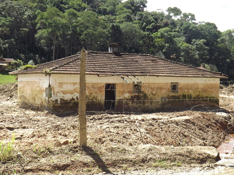 Foto tirada em 01/04/13 de Casa atingida pela força das trombas dágua