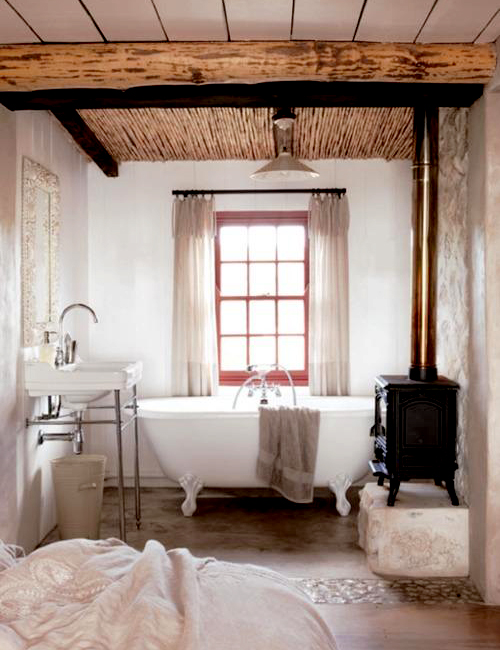 Baño Estilo Campestre:Bathroom with Wood Stove