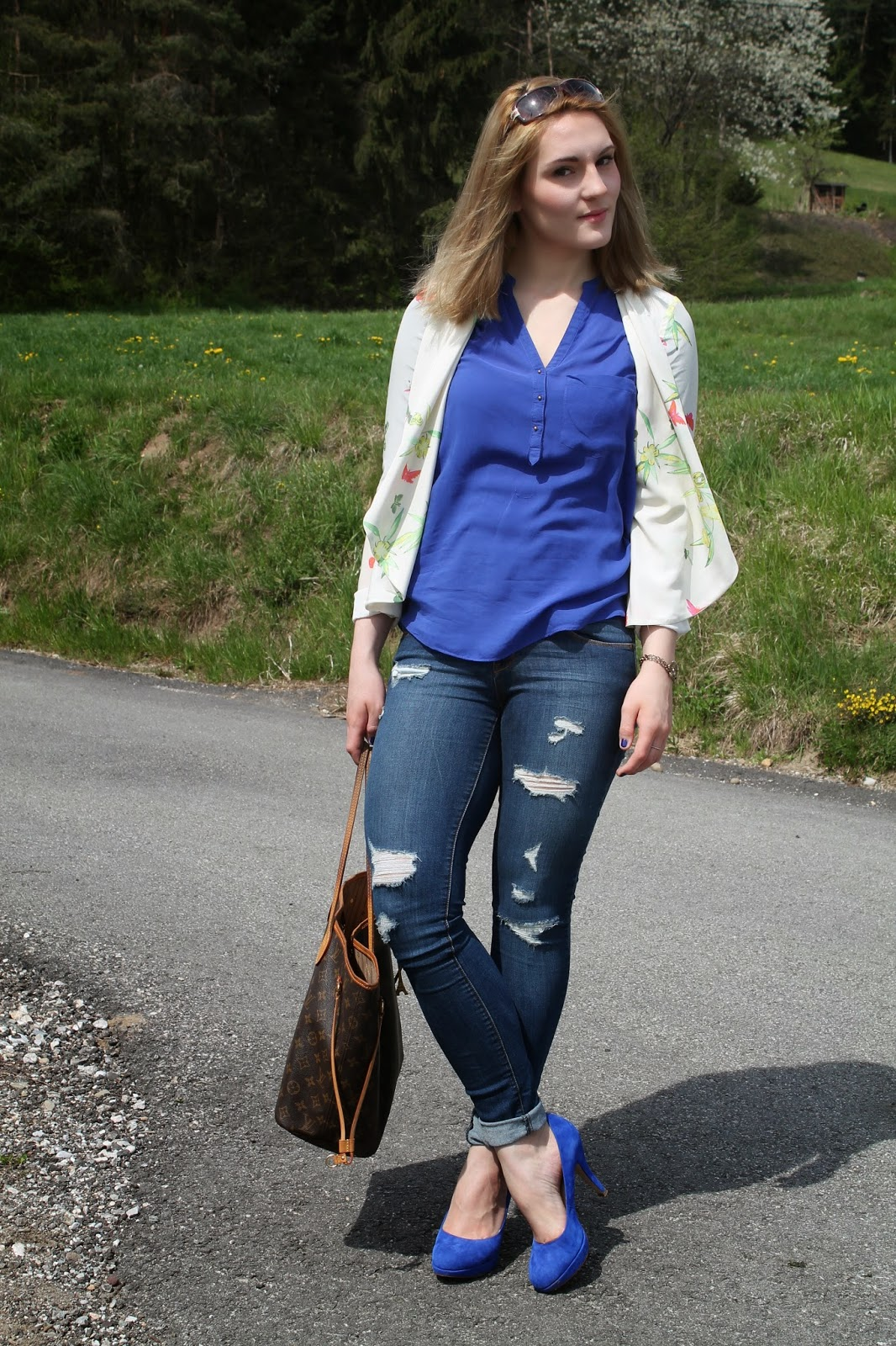 Fashionblogger Austria / Fashionblogger Österreich / Blogger Austria / Blogger Österreich / Kärnten / Carinthia / Köttmannsdorf / Lavender Star / Svetlana / Spring Look / Spring Style / Spring Outift / White Blazer / Flower Blazer / Heels Blue / Ripped Jeans / Louis Vuitton Neverfull / Zara / Deichmann /