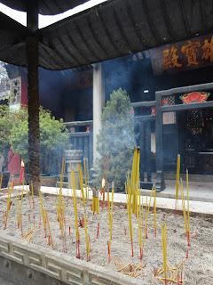 Incensario frente al templo de Guan Yin en Macao