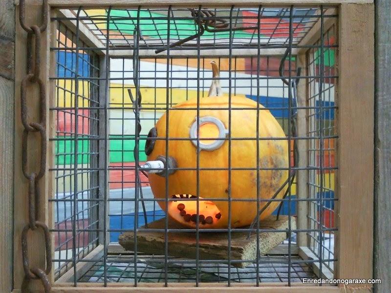 Jack´O, linterna de Halloween como decoración encerrado en una jaula. Enredandonogaraxe.com