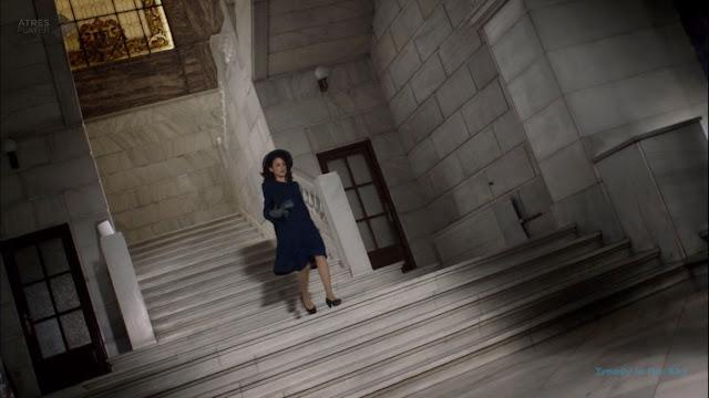 Sira Quiroga abrigo azul marino. El tiempo entre costuras. Capítulo 6
