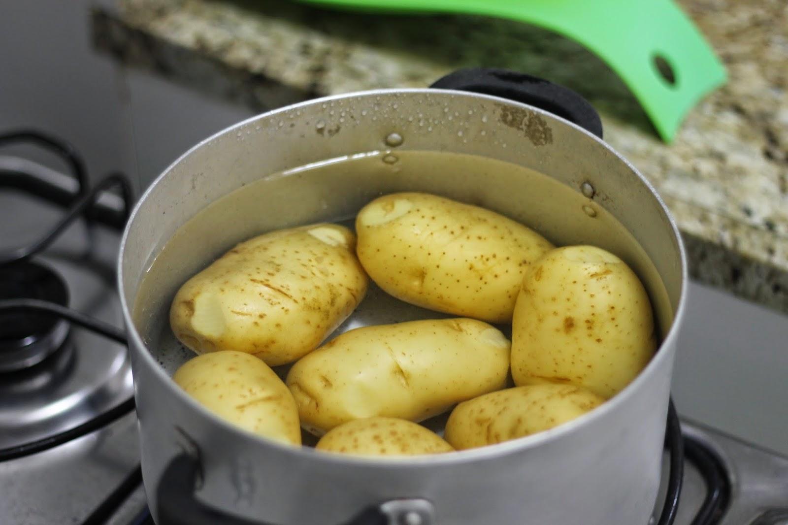 Resultado de imagem para cozinhando batatas com casca