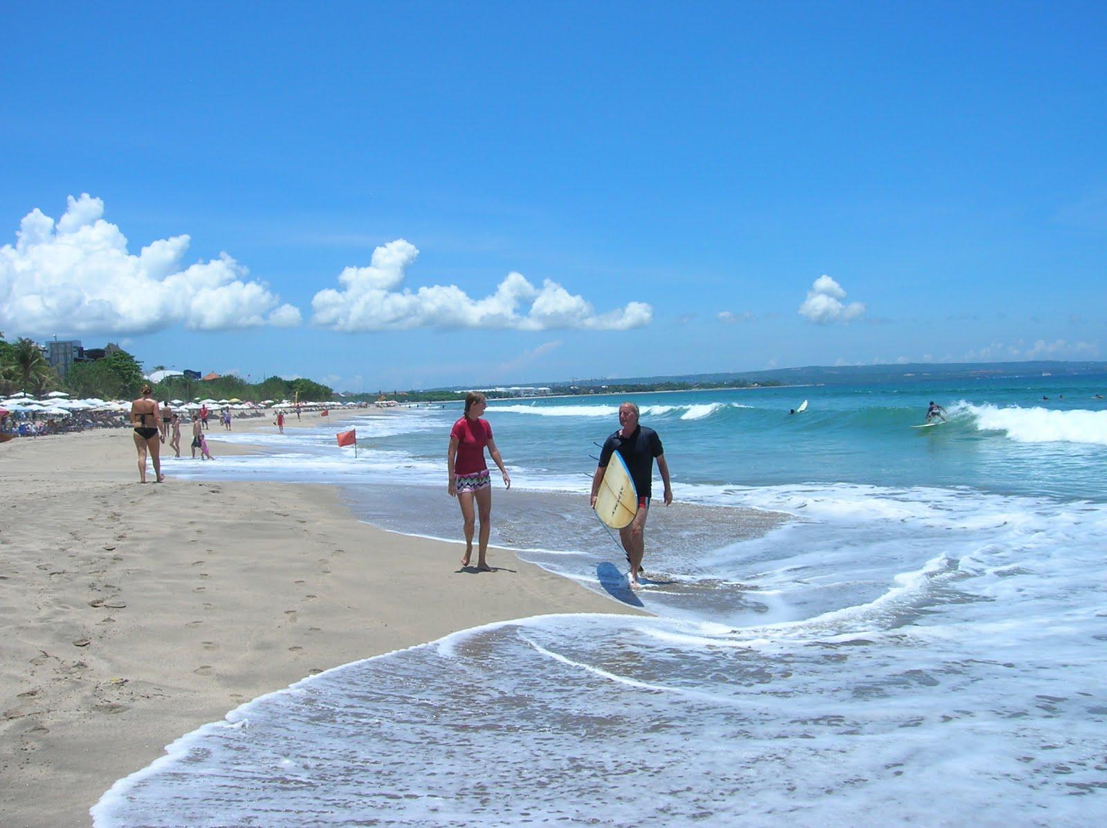 surfistas en Legian, playa Legian, Bali, vuelta al mundo, round the world, La vuelta al mundo de Asun y Ricardo