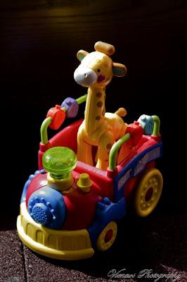 Zabawka zwierzęta z zoo w pociągu, kadr pionowy, zdjęcie z ptasiej perspektywy, inny punkt widzenia, kompozycja