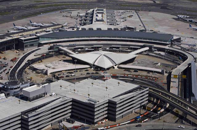 Η διάρκεια των απευθείας πτήσεων από το αεροδρόμιο της Αθήνας προς το αεροδρόμιο JFK της Νέας Υόρκης είναι 8,5 ώρες.
