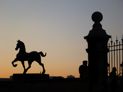 In Marseille: Statue, Zaun und Männer im Gegenlicht