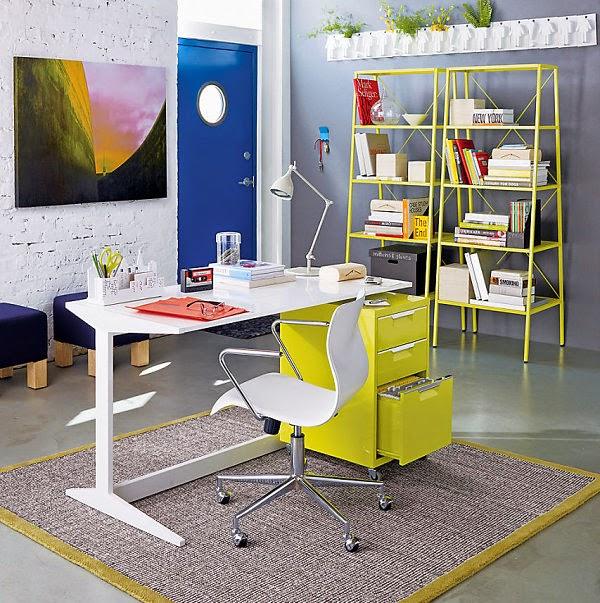 Decoração de home office em tons vibrantes e coloridos