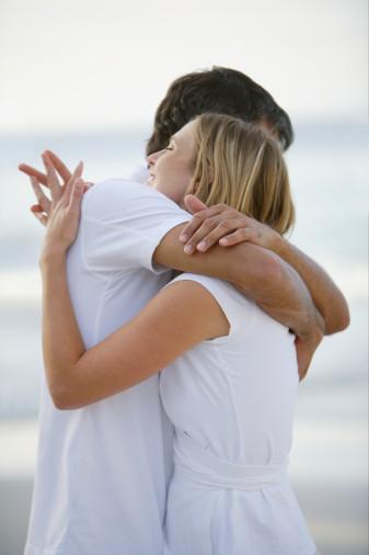 Mơ thấy người mình từng thích ôm cổ