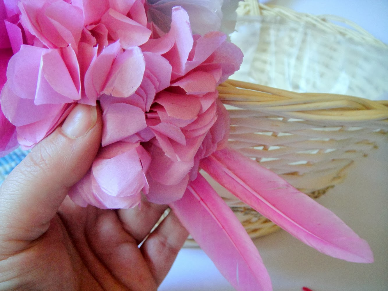 Icukadas tutorial como decorar una cesta para regalos de for Como decorar unas