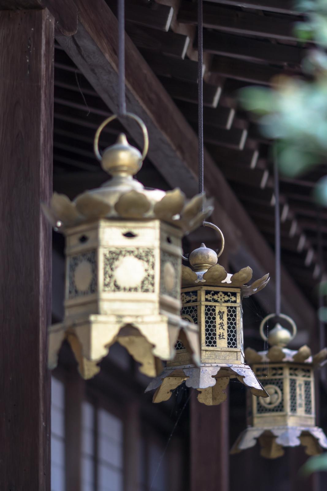 京都にて奥行きがある構図で撮影した吊り灯篭の写真