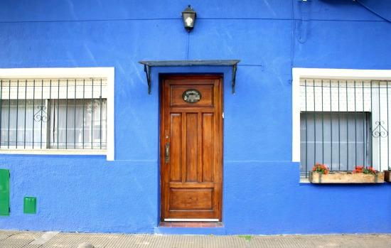 Cantando victoria como el mar azul - Casas de color azul ...