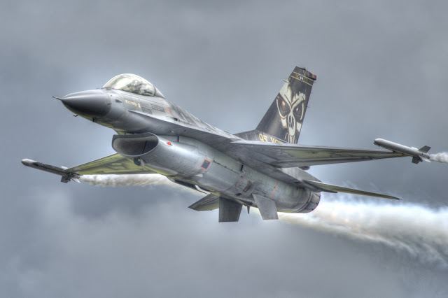 f-16 vapor trail