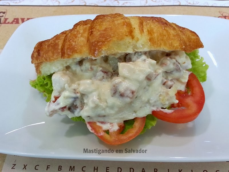 Croasonho: Croasonho tamanho médio no sabor Frango com Cream Cheese e Bacon