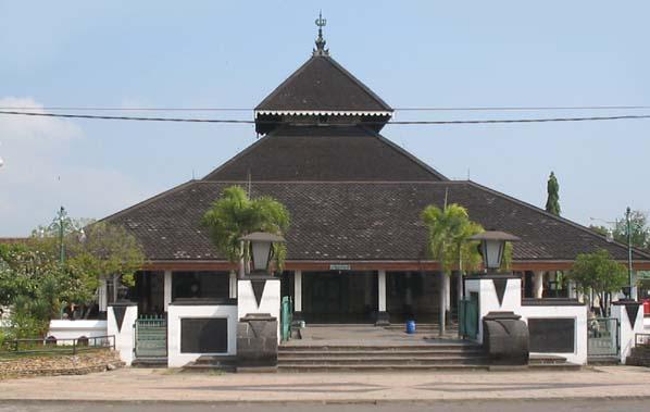 Mesjid Demak salah satu peninggalan Kerajaan Islam di indonesia