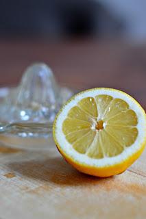 Zitrone halbieren und auspressen