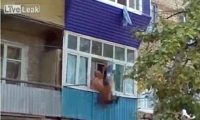 Homem cai da varanda ao tentar fugir da mulher