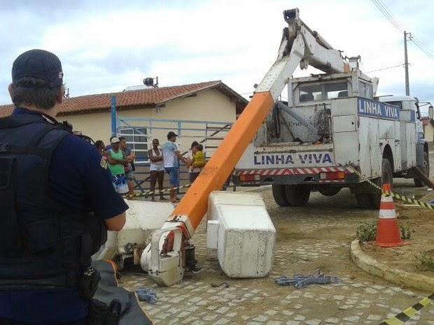 Vítimas colocavam material isolante em fiação, quando a grua despencou (Foto: Érico Souza de Jesus/Site Tucano BR)
