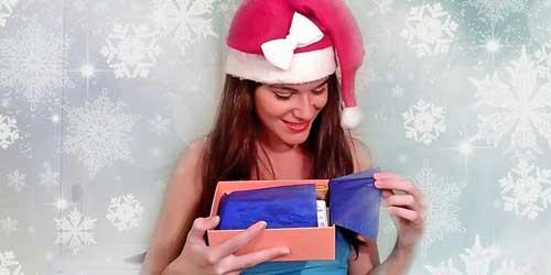 Monika Sanchez abriendo Birchbox Navidad