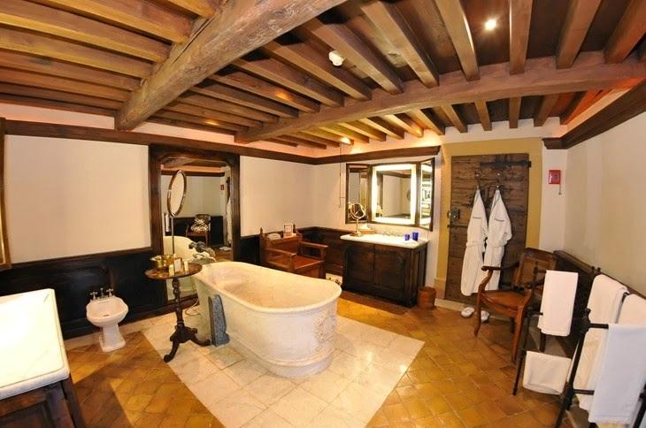 Baño Rustico Con Piedra:Los sanitarios en un baño rústico son de grandes dimensiones y