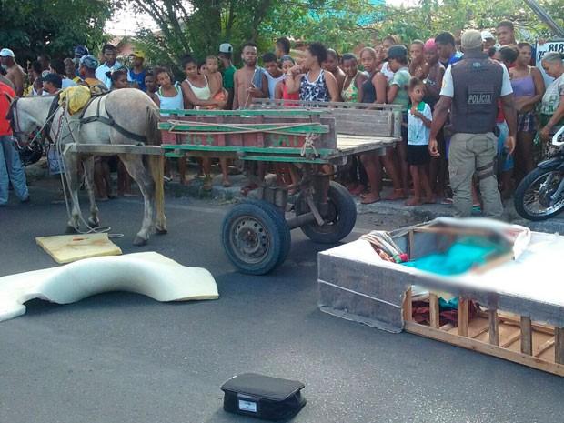 Corpo da vítima caiu de carroça (Foto: Aldo Matos/Acorda Cidade)