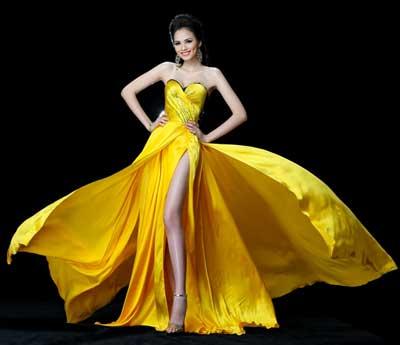 Với tone màu trắng, nhà thiết kế sử dụng chất liệu chinfon và ren nhằm tạo sự tinh tế cho người mặc.