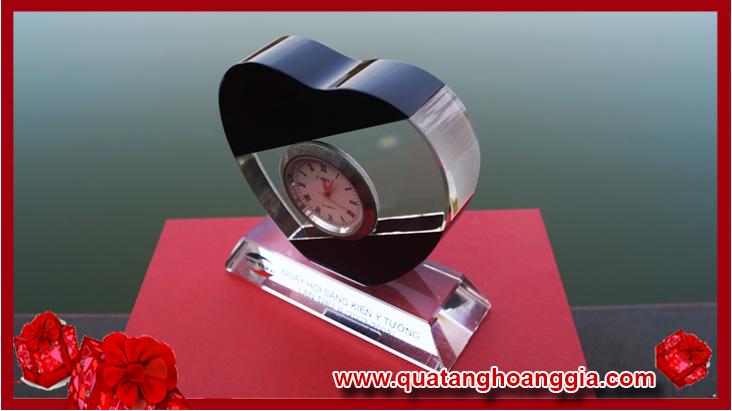 Đồng hồ bằng pha lê để bàn trái tim loại nhỏ