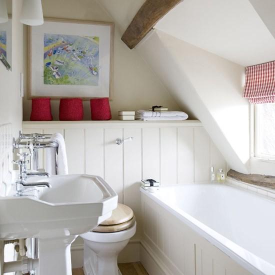 Нестандартная маленькая ванная комната с окном