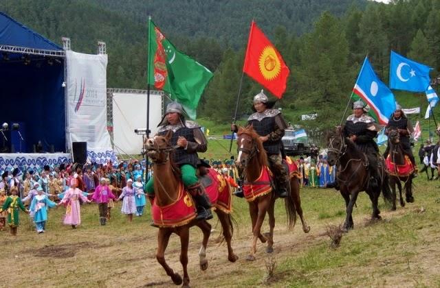 Участники несли флаги тюркских стран и народов