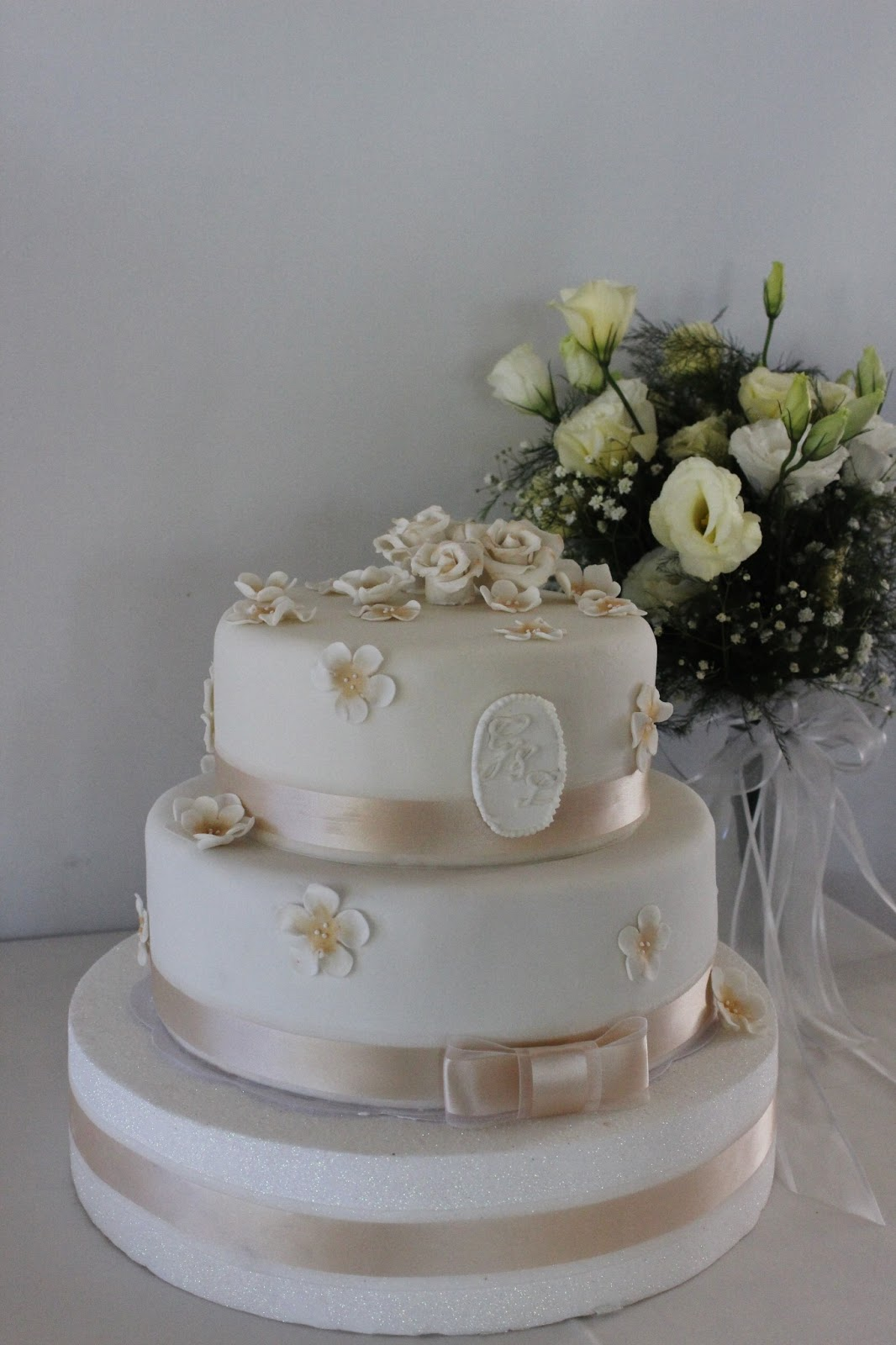 Artis Wedding Cake : Torta De Bodas Color Champagne Decorada Con Flores ...