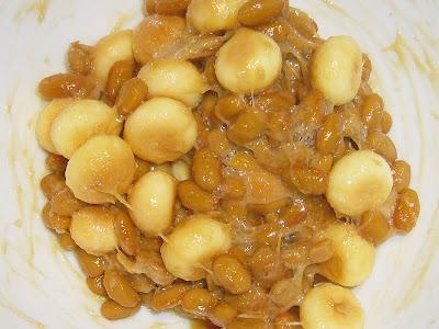 納豆にイワモトのタマゴボーロ(醤油)