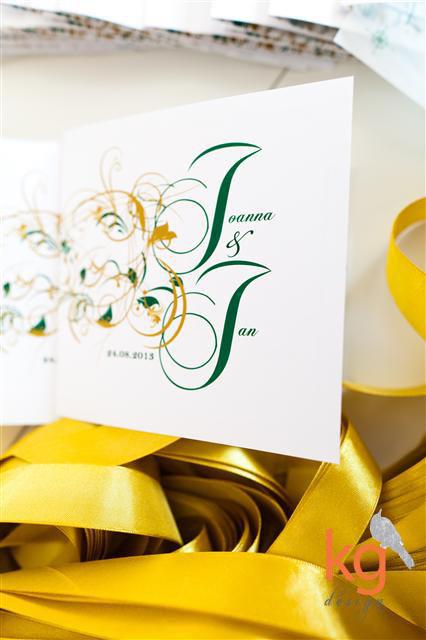 eleganckie zaproszenie na ślub, mapka drukowana na kalce, RSVP, kwadratowe, białe, wiązane za pomocą wstążki, oryginalne, kolorystyka: szmaragdowy, emerald, stare złoto, złoty, artystyczne zaproszenia ślubne, trendy ślubne 2013, nietypowe zaproszenie, ornament roślinny, zaproszenie z ramką, szmaragdowa zieleń, oryginalne inietypowe zaproszenia ślubne