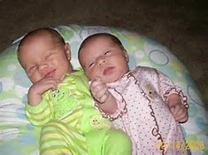 bayi kembar unyu tidur