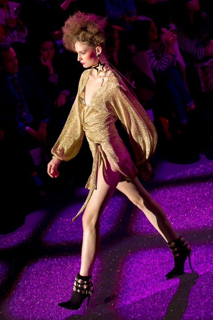 Modelo dorado MBFW Madrid Desfile Otoño Invierno 2015: Welcome to Fabulous ANDRÉS SARDÁ