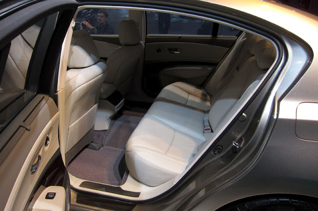 2012-Acura-RLX-Interior-back