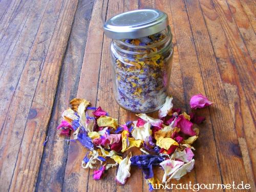 Mit Blütenblättern Salz aufwerten.